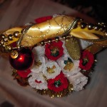 Новогодний букет из конфет в корзиночке
